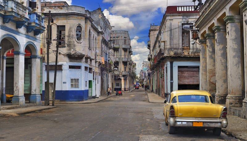 Panorama con la vecchia automobile in via di Avana fotografia stock