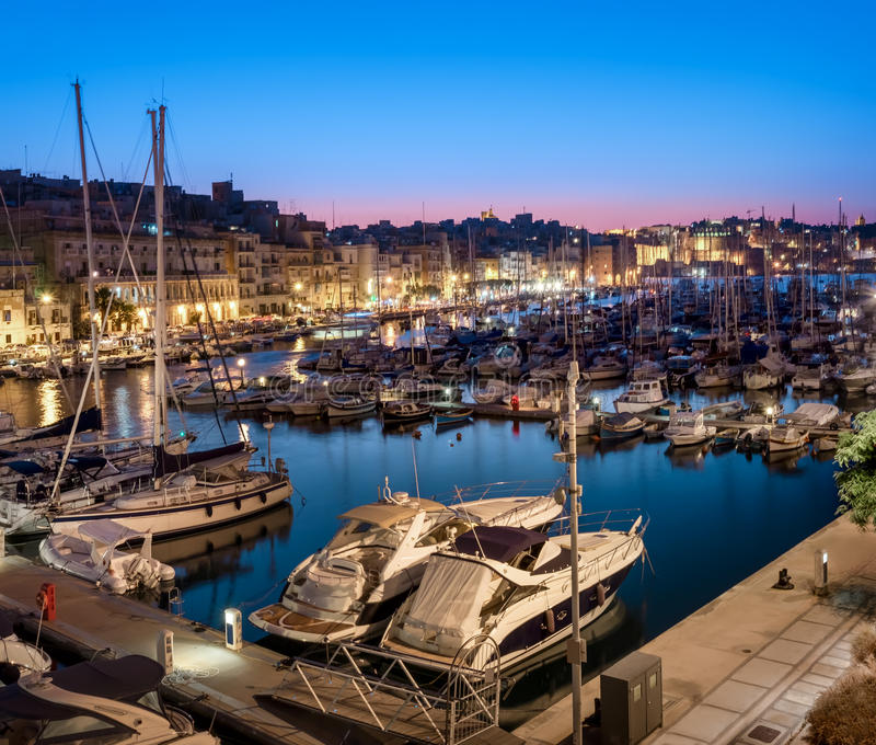 Panorama con le barche a vela sul porticciolo di Senglea in grande baia, cameriere personale fotografia stock