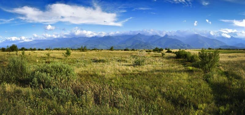 Panorama con le montagne di Fagaras in Transylvania fotografia stock libera da diritti