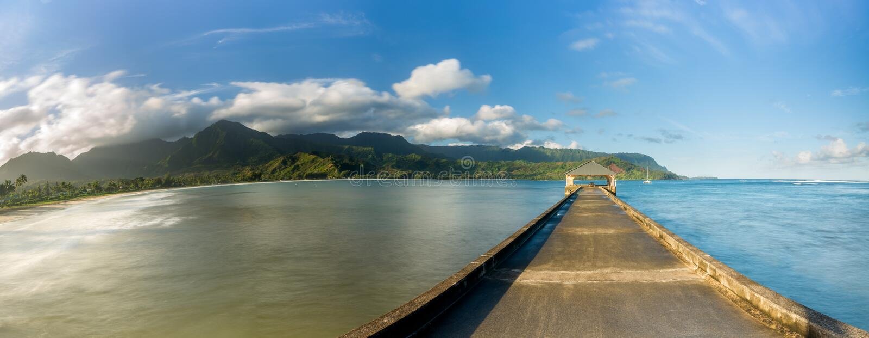Panorama con pantalla grande de la bahía y del embarcadero de Hanalei en Kauai Hawaii imagenes de archivo