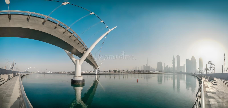 Panorama con vistas al centro de la ciudad del lado del canal del agua de Dubai fotografía de archivo libre de regalías