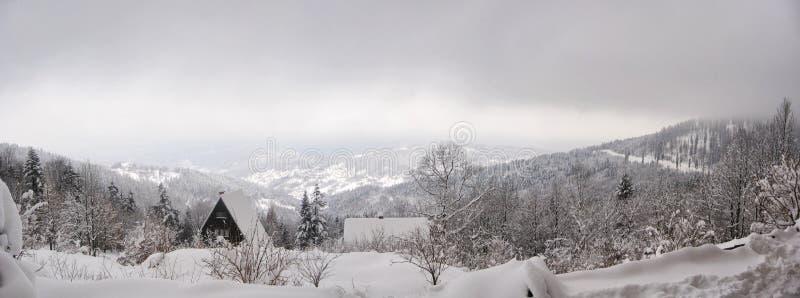 Panorama con vistas a picos de montaña apacibles imágenes de archivo libres de regalías