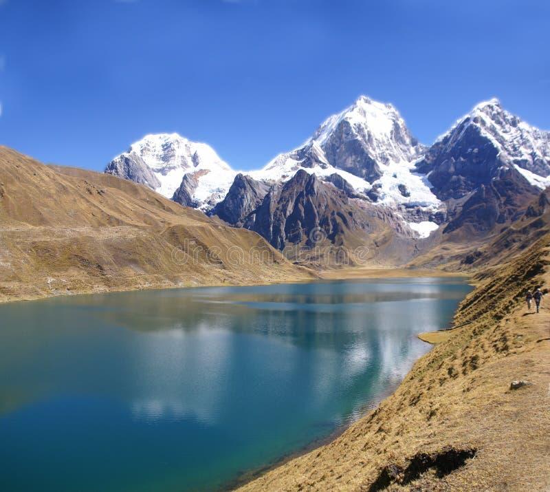Panorama: Cordillera Huayhuash, Siula en Yerupaja stock foto's