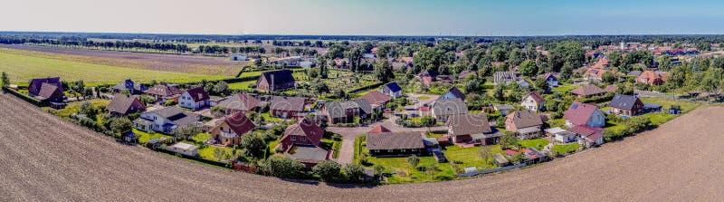 Panorama costurado de uma vila pequena perto de Gifhorn, Alemanha fotografia de stock