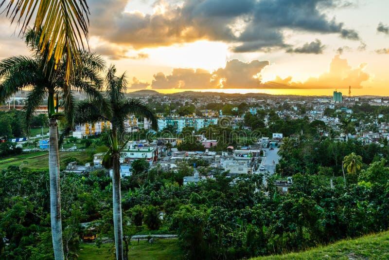 Panorama cubain de coucher du soleil de ville avec des paumes il le premier plan, Santa Clara, Cuba photos libres de droits