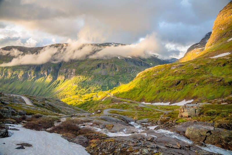 Panorama curvado do vale da estrada e da montanha na maneira de Dalsnibba ao fiorde de Geiranger, Geiranger, Sunnmore, condado de imagens de stock
