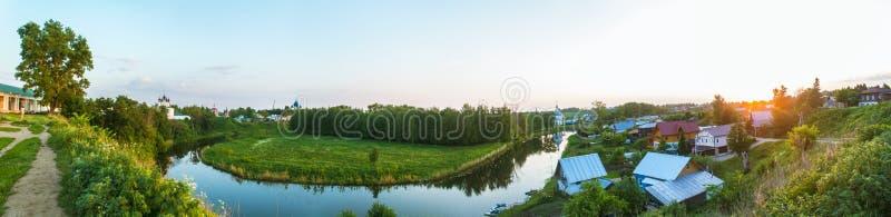 Panorama d'été du village par la rivière photos libres de droits