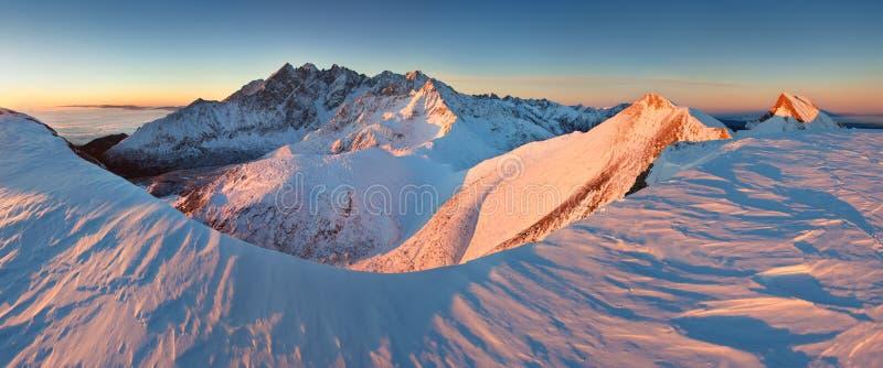 Panorama d'altezza della catena montuosa di Tatras di inverno con molti picchi e chiaro cielo da Belian Tatras Giorno soleggiato  fotografia stock
