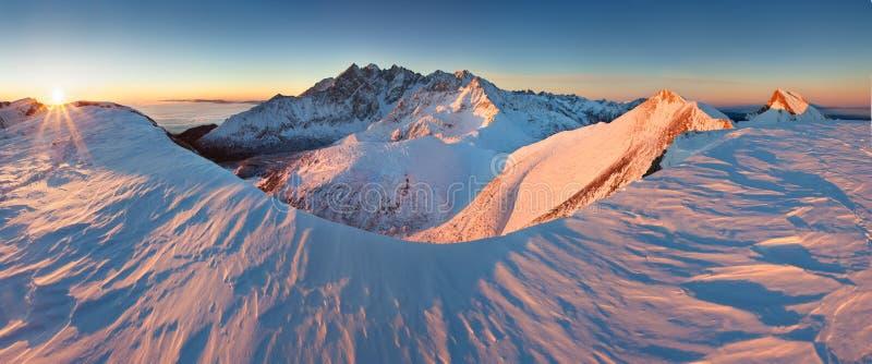 Panorama d'altezza della catena montuosa di Tatras di inverno con molti picchi e chiaro cielo da Belian Tatras Giorno soleggiato  immagine stock