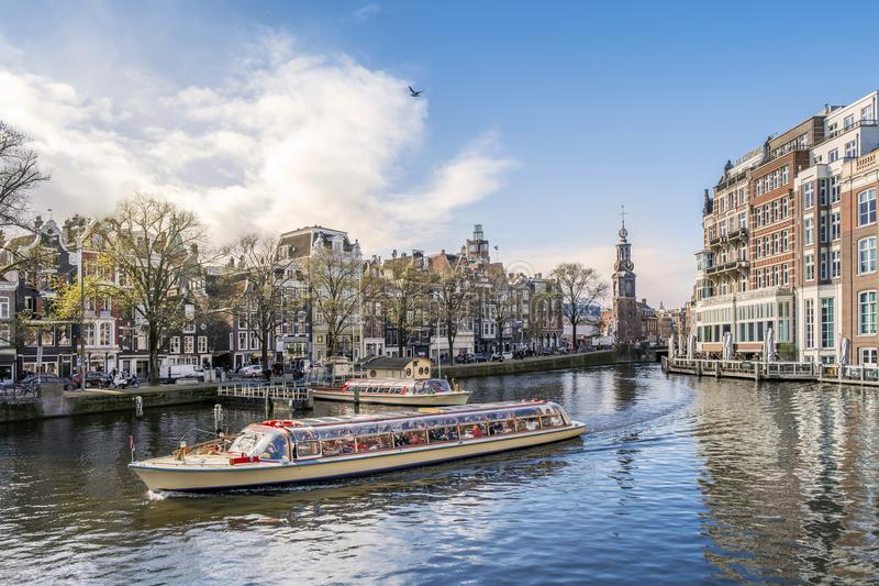 Panorama d'Amsterdam avec le bateau touristique, Pays-Bas images libres de droits