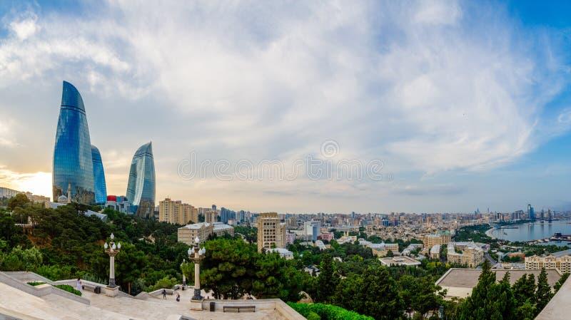 Panorama d'aperçu de district des affaires de ville centrale dans le coucher du soleil, Bakou photos stock