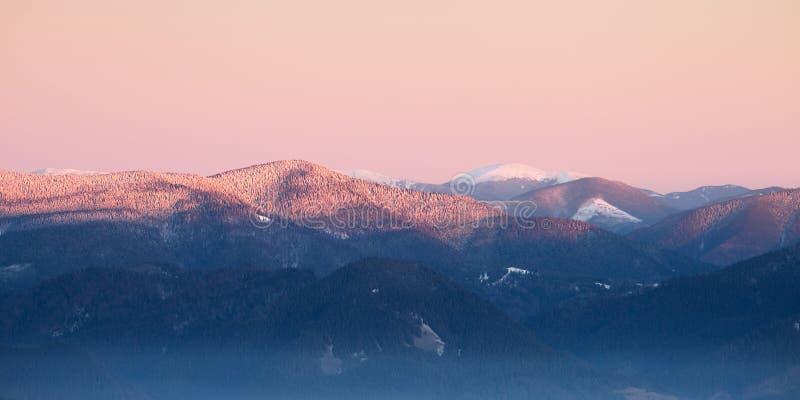 Panorama d'arête de montagnes carpathiennes images stock