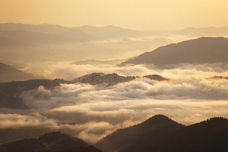 Panorama d'arête de montagnes carpathiennes image stock