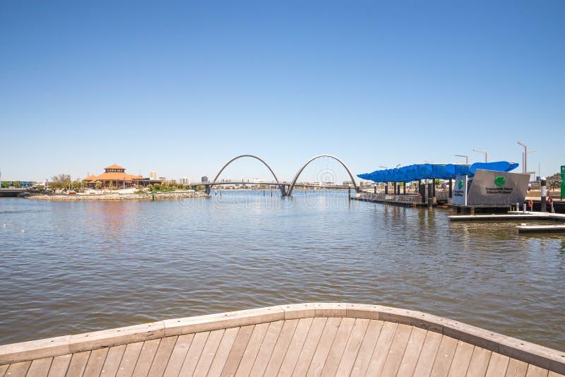 Panorama d'Elizabeth Quay avec le pont, la jetée et l'île dans PERT image stock