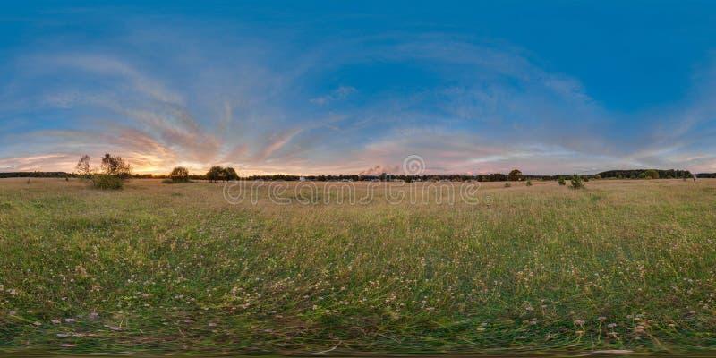 panorama 3D esférico com ângulo de visão 360 Apronte para a realidade virtual ou o VR Por do sol no campo fotografia de stock