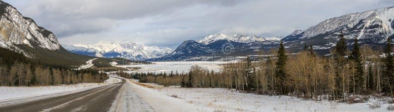 Panorama d'hiver arrivant chez Abraham Lake, la Colombie-Britannique, Canada photos libres de droits