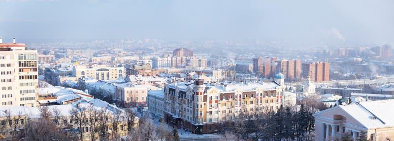 Panorama d'hiver des zones résidentielles et route de ville de Penza images libres de droits