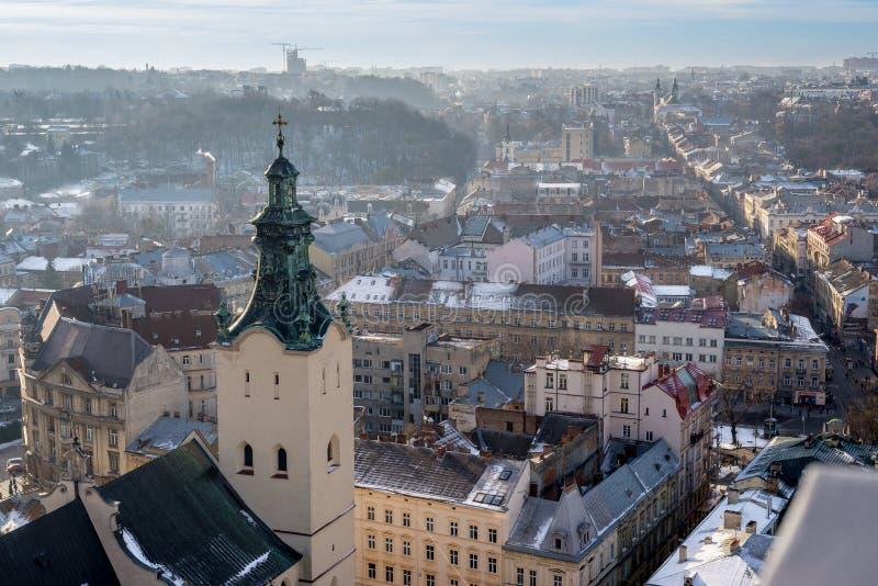 Panorama d'hiver - paysage de vieille ville avec la cathédrale médiévale image libre de droits