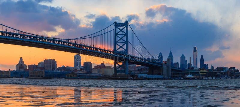 Panorama d'horizon, de Ben Franklin Bridge et de Penn de Philadelphie photos stock
