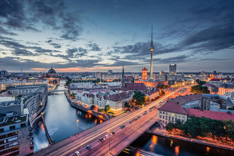 Panorama d'horizon de Berlin au crépuscule pendant l'heure bleue, Allemagne photo libre de droits