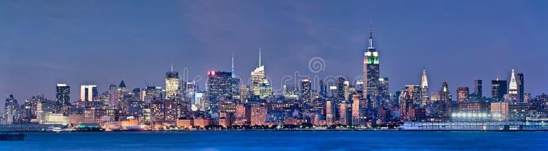 Panorama d'horizon de New York la nuit images libres de droits