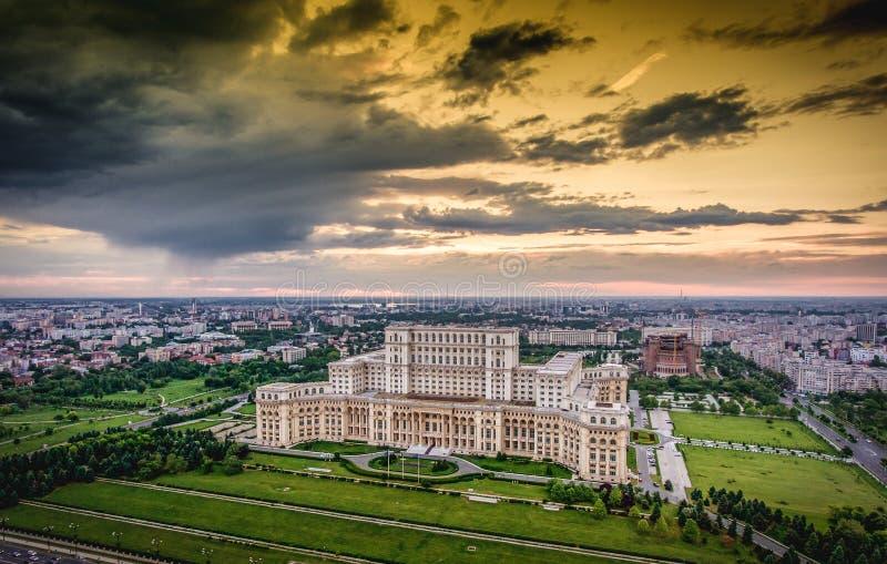 Panorama d'horizon de ville de Bucarest au coucher du soleil Image de HDR photos stock