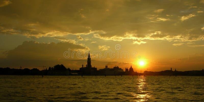 Panorama d'horizontal de coucher du soleil de lagune de Venise images stock