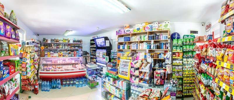 Panorama d'intérieur du mini marché dans un camping populaire photos stock