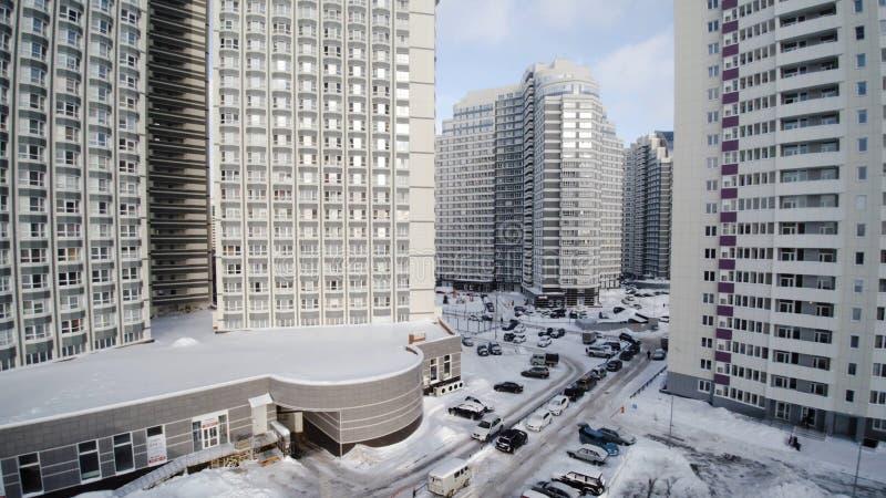 Panorama d'un complexe résidentiel moderne clip Gratte-ciel au coucher du soleil Bâtiment d'entreprise dans la ville photo libre de droits