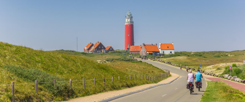 Panorama d'un couple sur des bicyclettes sur l'île de Texel photographie stock libre de droits