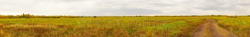 Panorama d'un grand pré d'automne photographie stock libre de droits
