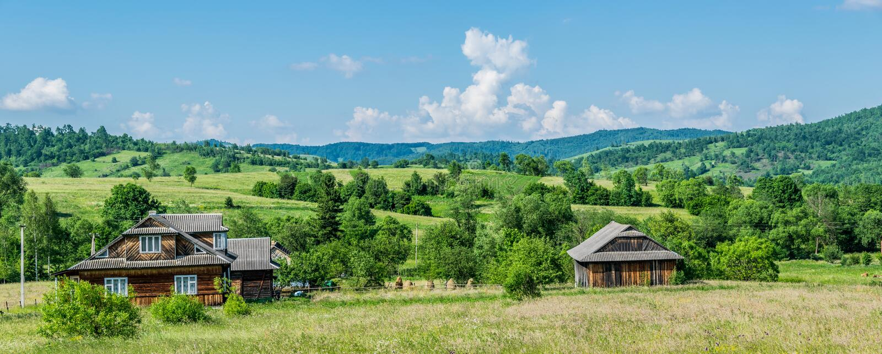Panorama d'un petit village entour? par les collines vertes photo libre de droits