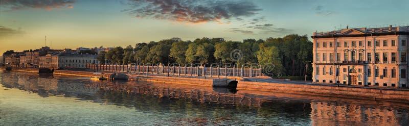 Panorama d'un trellis du jardin d'été à St Petersburg photos stock