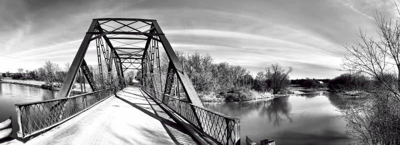 Panorama d'un vieux pont en fer en noir et blanc photos stock