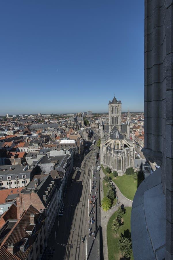 Panorama d'une tour d'église de centre de Gand photo stock