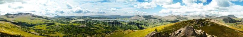 Panorama d'une vallée de montagne image stock