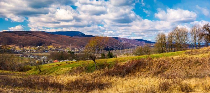 Panorama da área rural montanhosa na primavera foto de stock royalty free