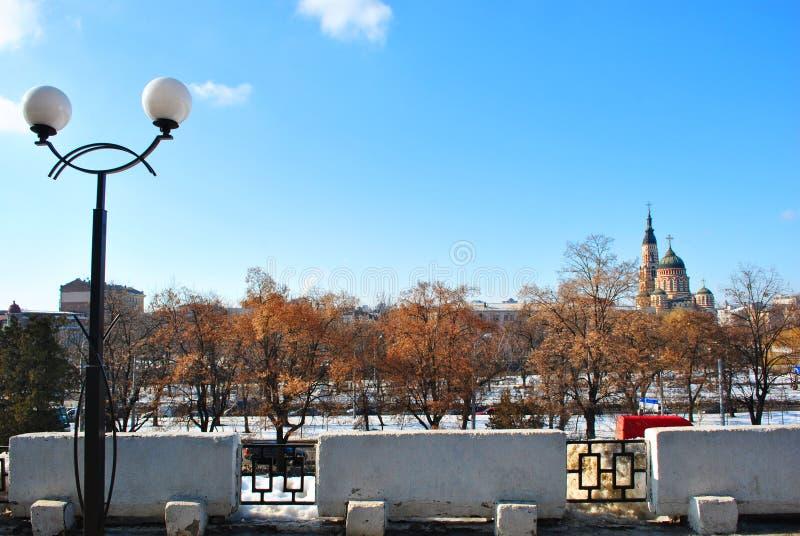 Panorama da arquitetura da cidade de Kharkiv com a igreja ortodoxa da catedral do aviso de Blagoveschensky, Ucrânia, dia de inver fotos de stock royalty free