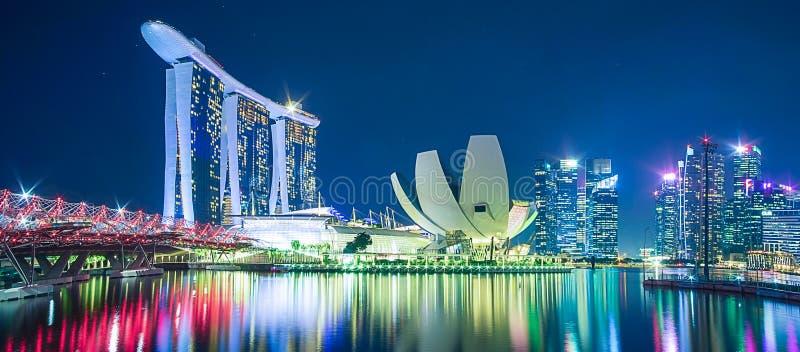 Panorama da arquitetura da cidade de Singapura arranha-céus de construção moderno do negócio bonito em torno da baía do porto na  imagens de stock royalty free