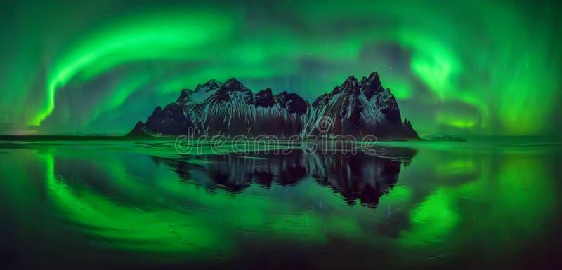 Panorama da Aurora de Vestrahorn foto de stock