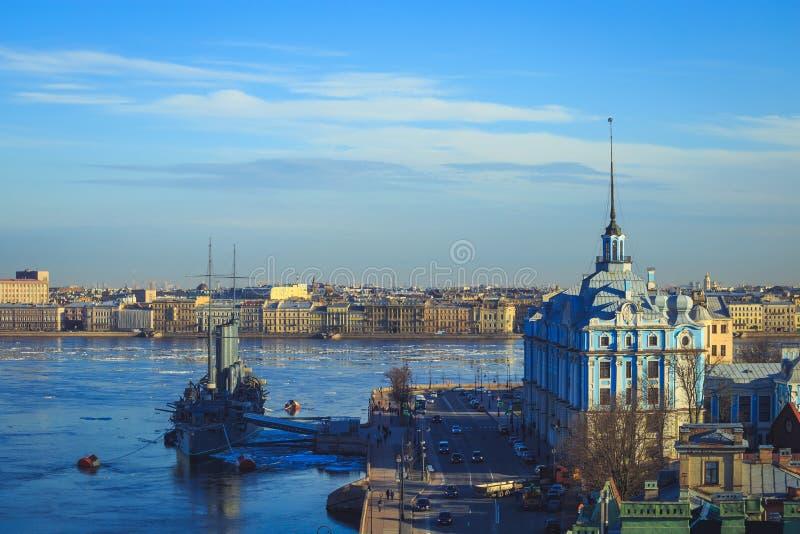 Panorama da Aurora do cruzador em St Petersburg fotografia de stock