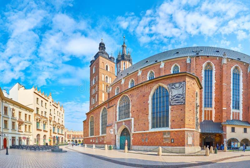 Panorama da basílica do ` s de St Mary em Krakow, Polônia imagens de stock royalty free