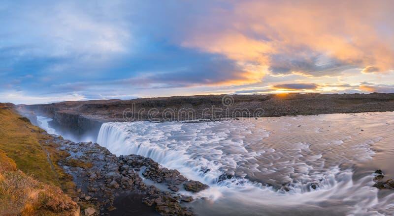 Panorama da cachoeira de Dettifoss durante um nascer do sol colorido fotografia de stock royalty free