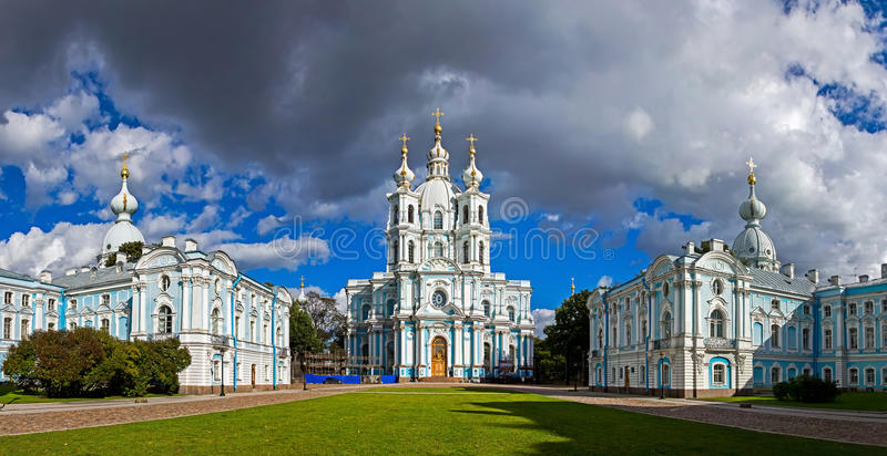 Panorama da catedral de Smolny e do convento, St Petersburg fotografia de stock royalty free