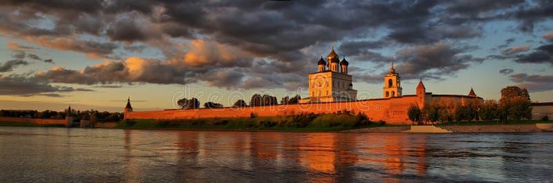 Panorama da catedral do Kremlin e da trindade de Pskov imagens de stock