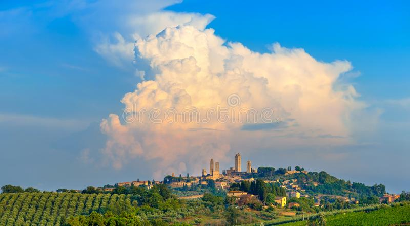 Panorama da cidade antiga bonita de San Gimmignano no por do sol imagem de stock