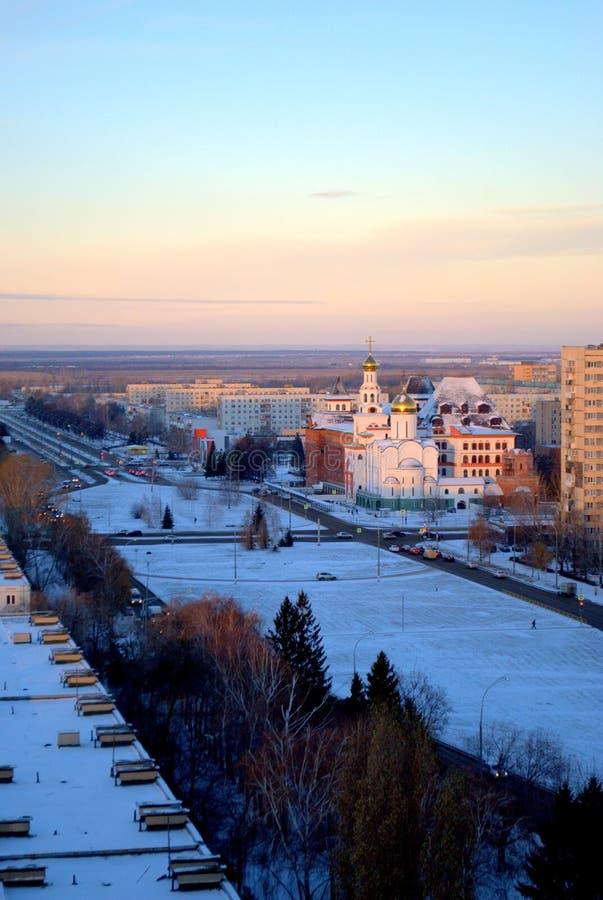 Panorama da cidade coberto de neve de Tolyatti com uma vista do instituto ortodoxo de Volga e do templo de três Saint fotos de stock royalty free