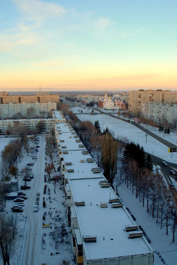 Panorama da cidade coberto de neve de Tolyatti com uma vista do instituto ortodoxo de Volga e do templo de três Saint foto de stock