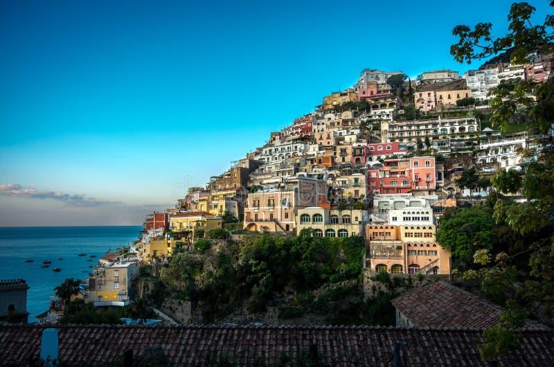Panorama da cidade costeira bonita - Positano pela costa de Amalfi em Itália durante a luz do dia do verão, Positano, Itália fotos de stock royalty free