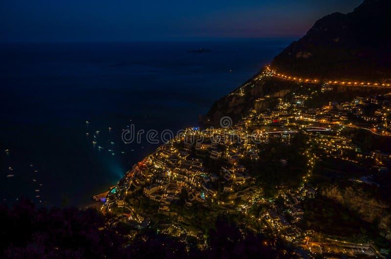 Panorama da cidade costeira bonita - Positano pela costa de Amalfi em Itália durante o por do sol, Positano, Itália fotografia de stock royalty free